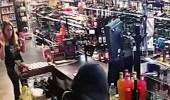 بالفيديو.. أم وابنتها تنتقمان من لص حاول سرقة متجرهما