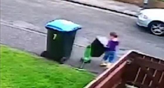 بالفيديو.. عامل نظافة يتسبب في احباط طفل صغير