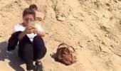بالفيديو.. شاب يتلقى درسا قاسيا لسرقته حقيبة فتاة
