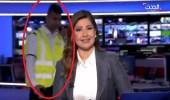 """بالفيديو.. رجل أمن يقتحم ستوديو قناة """" العربية الحدث """" على الهواء"""