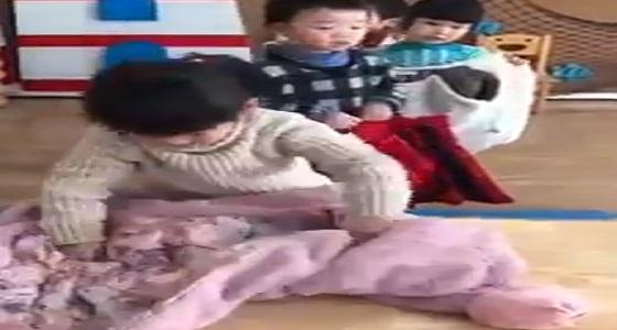 بالفيديو.. طريقة سهلة لتعليم الأطفال ارتداء ملابسهم