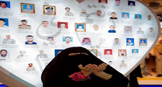 بالصورة.. امرأة مسنة تتأمل لوحة شرف شهداء الوطن بالجنادرية