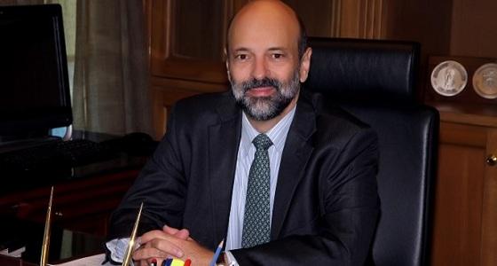 وزير التعليم الأردني يمزح مع طالب