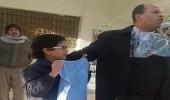 """طالب يعرب عن سعادته بعد تكريمه من المدرسة بـ """" منشفة """""""
