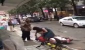 بالفيديو.. رجل يعتدي على زوجته بوحشية في الشارع