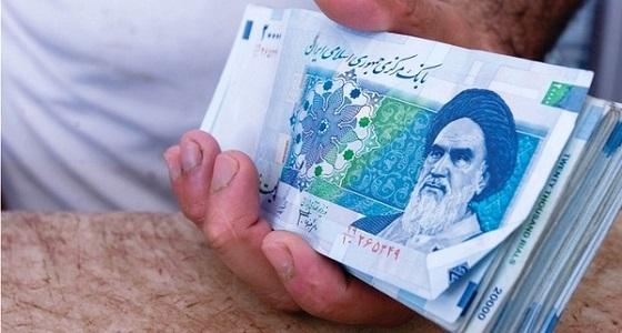 إيران تغلق 12 مكتب صرافة بعد انهيار الريال الإيراني
