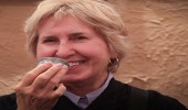 بالصور.. أمريكيات يحتسين القهوة العربية بالجنادرية