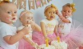 أم تصمم كعكة على شكل ابنتيها في عيد ميلادهما