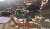 """بالصور.. """" مدني تبوك """" ينقذ مصابًا على جبل بالديسة"""
