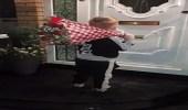 بالفيديو.. طفل يفاجأ حبيبته بهدية غير متوقعة ورد فعل صادم للأخيرة
