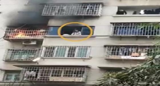 بالفيديو.. فتاة تنجو من حريق بأعجوبة