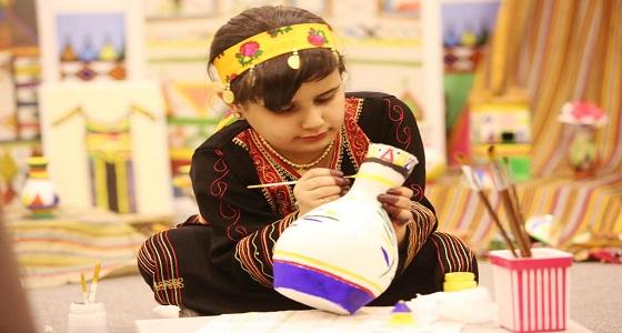 نورال الشهري.. طفلة تخطف أضواء زوار قرية عسير في الجنادرية بإجادتها فن القط والنقش
