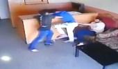 موظف يعتدي بالضرب على ابن صاحب العمل ويعنفه بقوة