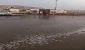 بالفيديو..هطول الأمطار بشوارع بيش