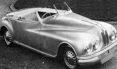 """صور نادرة لتنزيل أفخم سيارات العالم من مطار """" جدة """" عام 1948"""