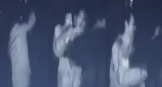 بالفيديو.. مختل عقلي يطعن سيدة 10 مرات في الشارع