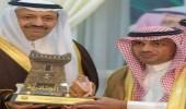 أمير الباحة يكرم مدير عام السياحة بالمنطقة