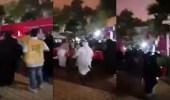 بالفيديو.. لحظة سقوط لوحة إعلانية على عدد من النساء في الخرج