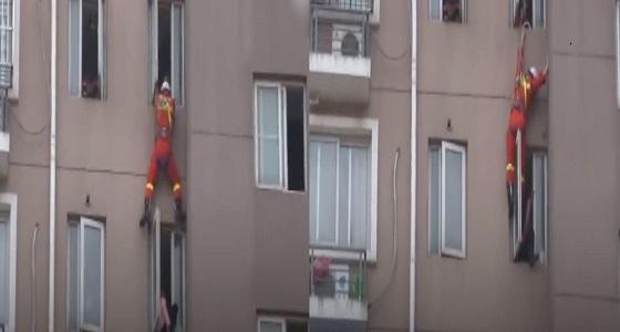 بالفيديو.. رجل إطفاء ينقذ سيدة من الانتحار بركلها