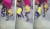 بالفيديو.. مسنة تسحل حفيدتها بأحد المتاجر