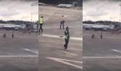 """بالفيديو.. رجل """" عار """" يثير الذعر بمطار في أمريكا"""