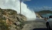 بالفيديو.. موجة عملاقة تطيح برجل من أعلى جسر
