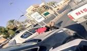 بالصور.. رجل أمن يساعد عامل في إصلاح إطار مركبته بحائل