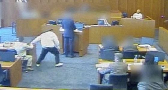 بالفيديو.. لحظة قتل عضو عصابة عقب تعديه على شاهد داخل المحكمة