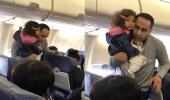بالفيديو ..طرد أب من طائرة بسبب احتضان ابنته