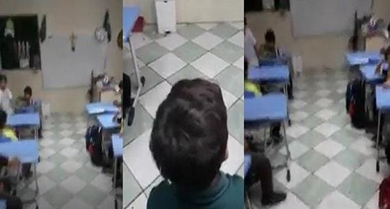بالفيديو.. معلم يحفز الطلاب على تحسين مستواهم بطريقة طريفة