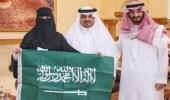 أمير مكة المكرمة بالنيابة يكرم المعلمة الفائزة بمجموعة مايكروسوفت