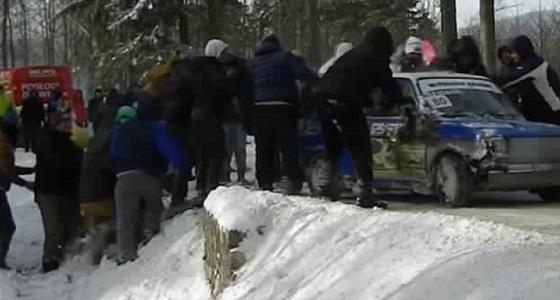 بالفيديو.. مشجعون يحملون سيارة ويعيدونها لمضمار السباق