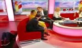 بالفيديو.. مذيعو قناة بي بي سي يسخرون من موظفة على الهواء