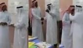 بالفيديو.. مدير تعليم محايل يشكر معلما بتقبيل رأسه