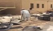 بالفيديو.. تكسير أعداد كبيرة من الكراسي والطاولات المدرسية بالرياض