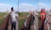 بالفيديو..شاب ينتشل رضيع سقط على قضبان قطار معرضًا حياته للخطر
