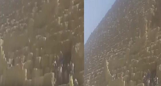 بالفيديو.. شاب يحاول الانتحار من أعلى هرم خوفو
