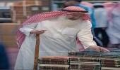 """"""" عصا """" المعرفة والقراءة تحمل مسنا على التجول في معرض الرياض الدولي للكتاب"""