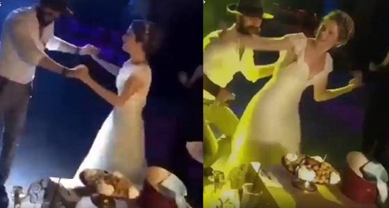 بالفيديو.. عروسان يشعلان حفل زفافهما برقصة مجنونة