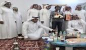 مدرسة بالمدينة تحتفل بعامل نظافة رزق بمولوده الأول بعد 12 عامًا