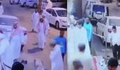 بالفيديو.. كاميرا مراقبة توثق سرقة عصابة للمصلين أمام مسجد