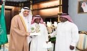 أمير الباحة يكرّم طفلاً أميناً لإعادته 15 ألف ريال