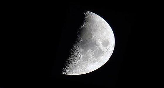 """"""" فلكية جدة """" : القمر سيصل مرحلة التربيع الأول اليوم"""