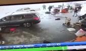 بالفيديو.. مركبة طائشة تقتحم محطة تغيير زيوت وتطيح بشخص