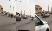 بالفيديو.. طالبات يخاطرن بحياتهن ويعبرن الطريق أمام جامعة الإمام