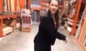 بالفيديو.. سقوط مروع لفتاة تستعرض مهاراتها في الرقص