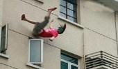 رجل يحلق شعر طليقته ويلقيها من النافذة لشكه في سلوكها