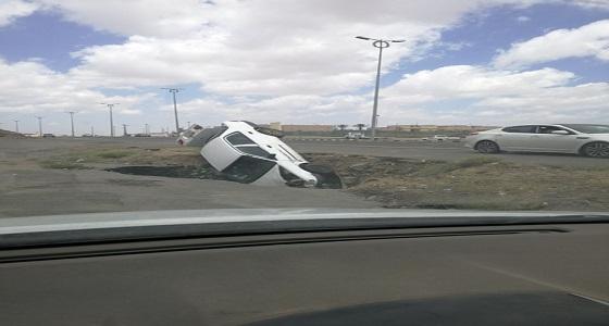 نجاة سائق من موت حتمي بعد انحراف سيارته بعسير