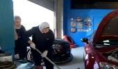 بالفيديو.. كويتية تقتحم مجال ميكانيكا السيارات وتعمل بورشة خاصة بها