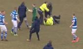 بالفيديو.. مشجعون غاضبون يقتحمون ملعبًا خلال المباراة